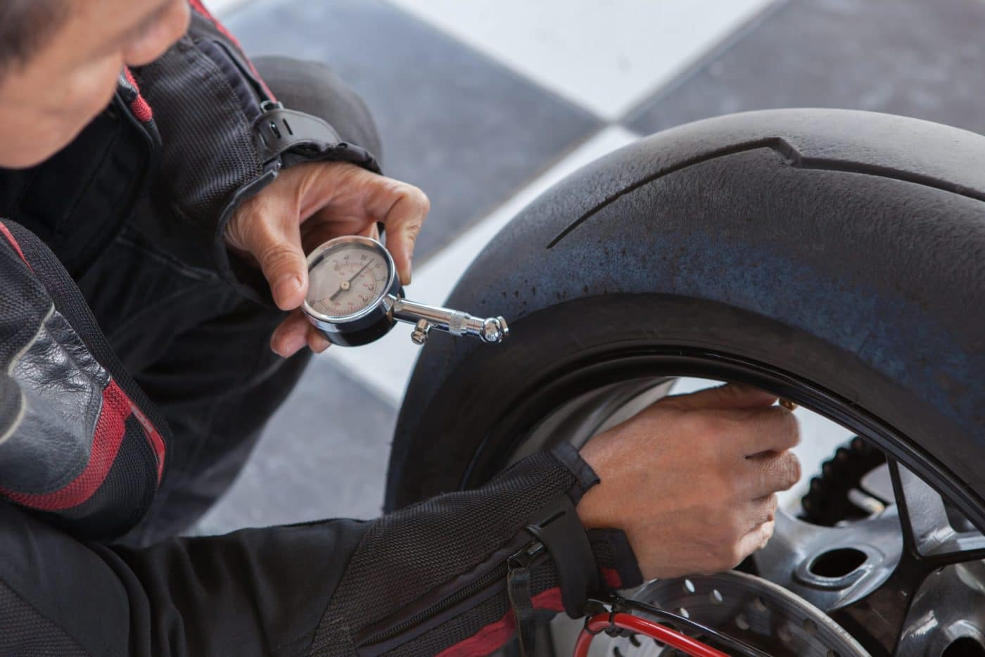 Eenvoudig de juiste bandenspanning van je motor bepalen