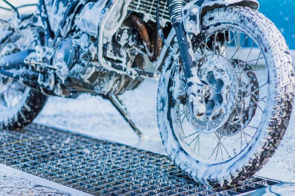 motor wassen met zeepsop