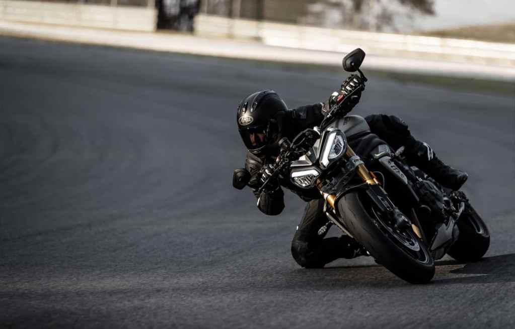 Kneedown op de 2021 Triumph Speed Triple 1200 RS
