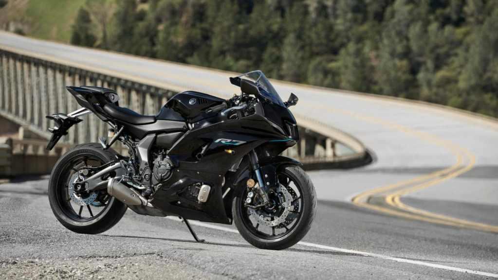 Ook in het zwart: de Yamaha R7 2022